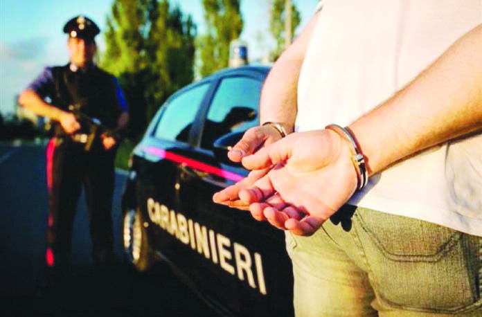Rapina a mano armata per un bottino di 35 euro e un pacchetto di sigarette. Arrestato 49enne di Secondigliano