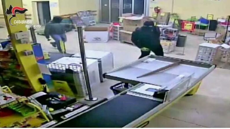 """VIDEO - Operazione """"Banda del buco"""": le immagini dei furti nelle aziende della provincia di Reggio Calabria"""