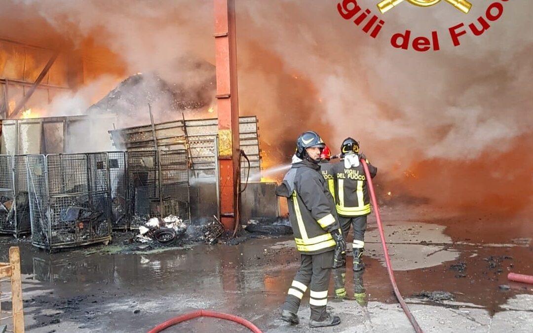 VIDEO – In fiamme due aziende nel Catanzarese, incendi in autodemolizione e ditta rifiuti. Controlli per l'ambiente