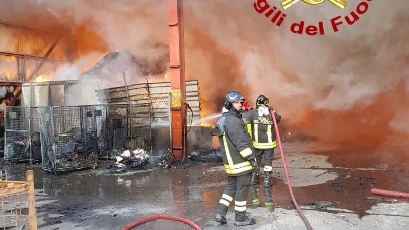 VIDEO - In fiamme due aziende nel Catanzarese, incendi in autodemolizione e ditta rifiuti. Controlli per l'ambiente