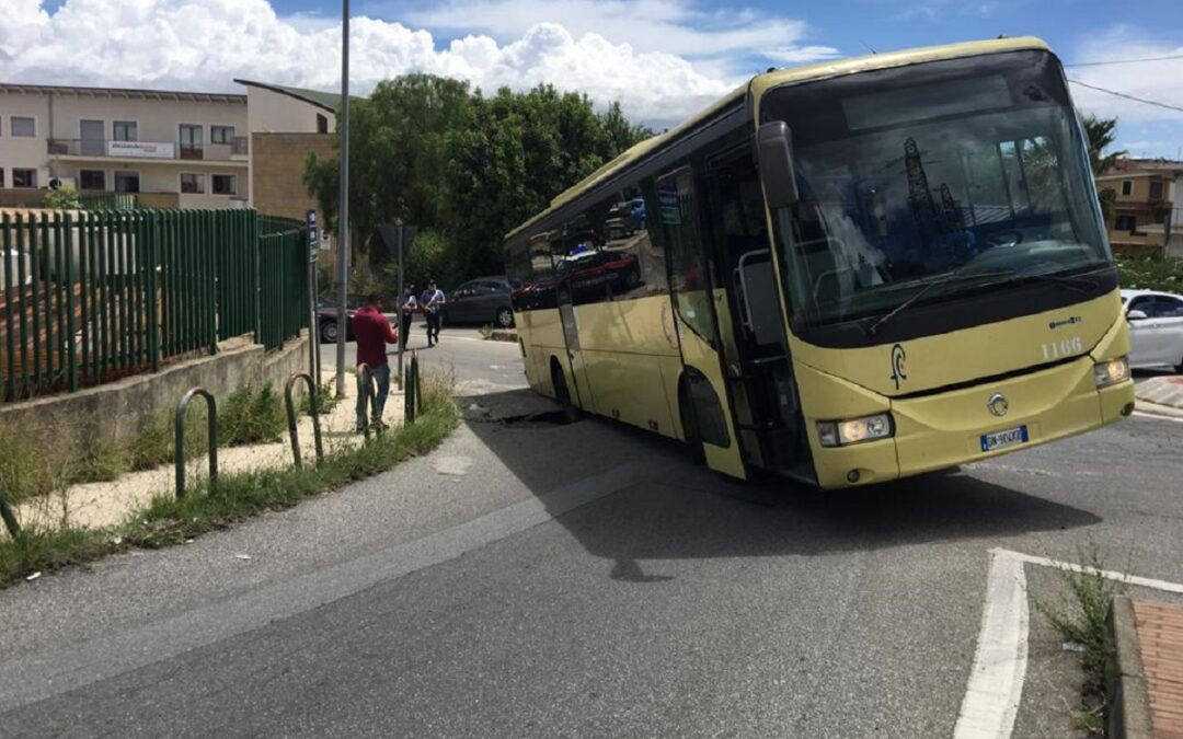 L'autobus rimasto incastrato