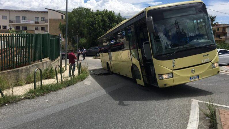 Voragine nell'asfalto a Vibo Valentia, un autobus resta bloccato
