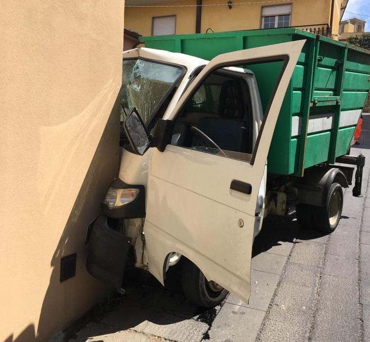 Furgone del Comune senza freni finisce contro un muro, rischiata una strage nel Vibonese
