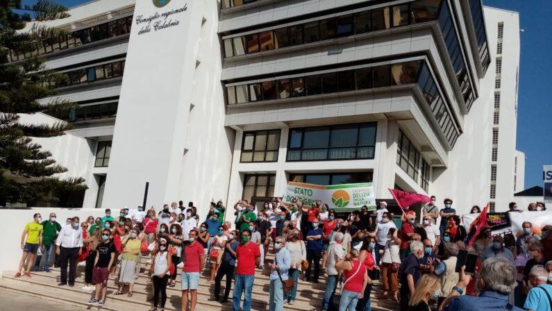 Emergenza rifiuti, la manifestazione di Libera sotto il Consiglio regionale a Reggio Calabria - FOTO
