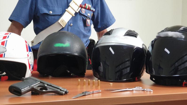 In 4 nell'auto con pistola, coltello e caschi integrali. Carabinieri arrestano 3 ragazzi dopo un inseguimento