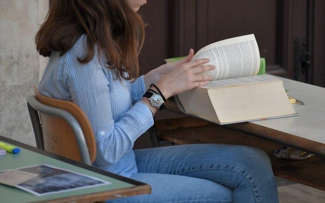 Una studentessa in classe