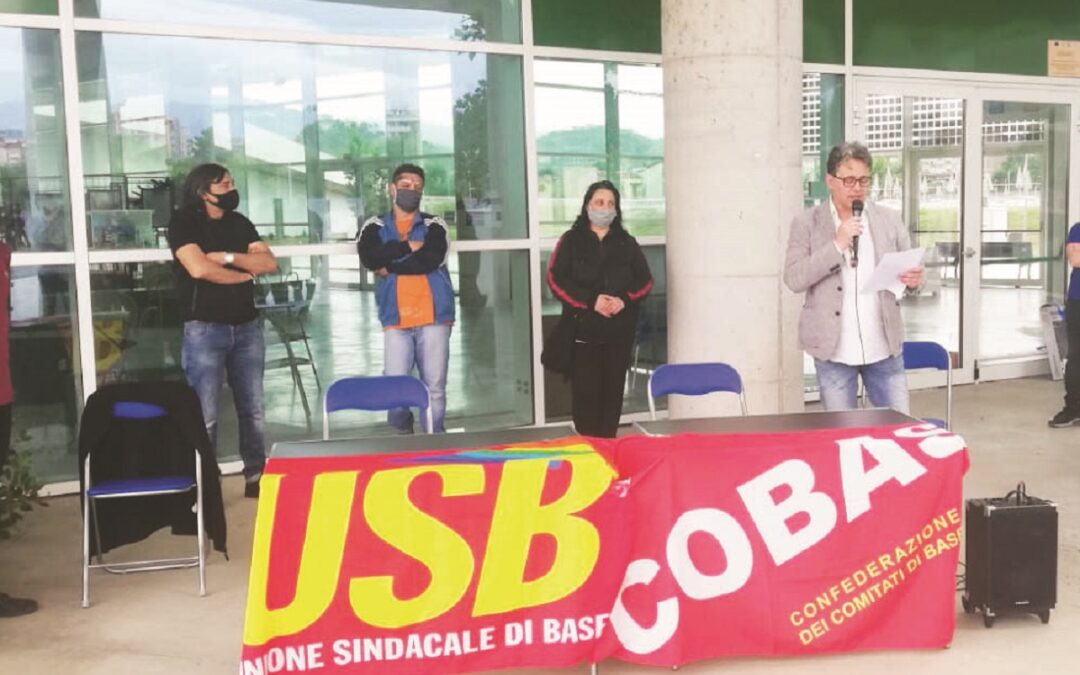 Una protesta dei dipendenti del Parco acquatico