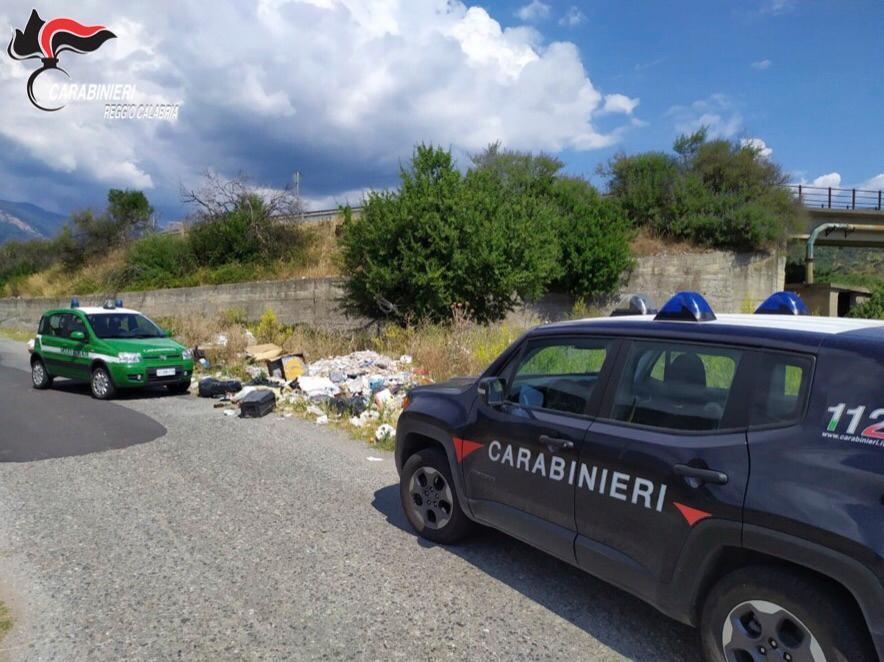 Una parte dell'area interessata dall'abbandono di rifiuti