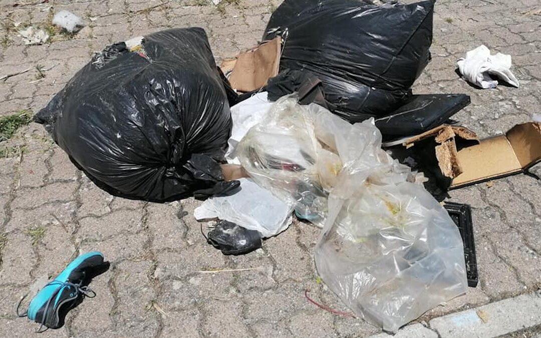I rifiuti abbandonati nel piazzale