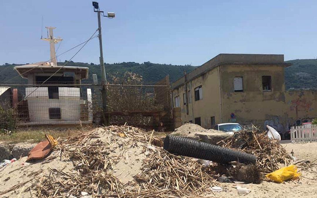 I rifiuti a pochi passi dai lidi a Vibo Marina