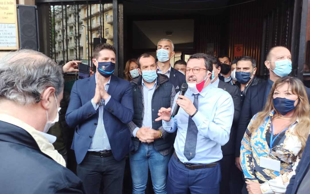 Lega, uova contro Salvini, denunciate due studentesse avellinesi