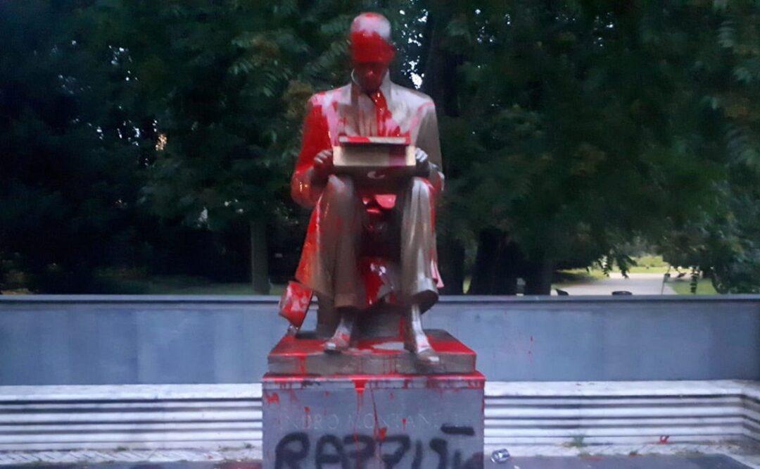 La statua di Indro Montanelli imbrattata