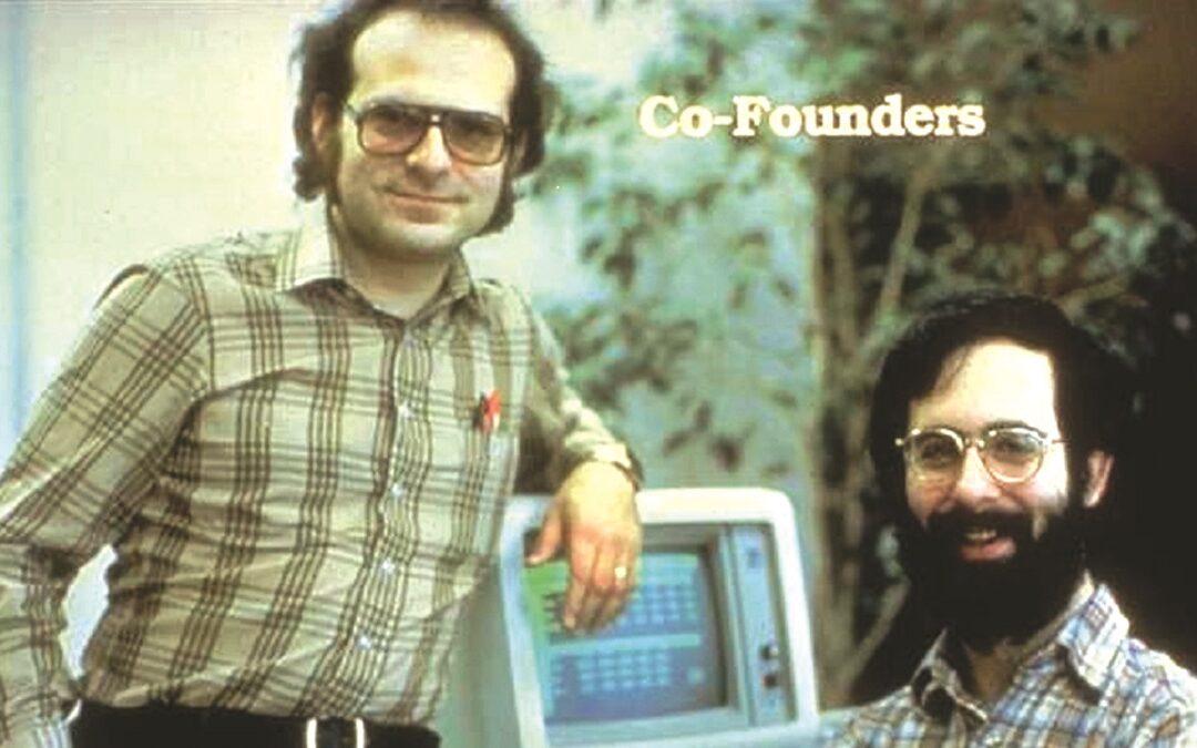 L'inventore di VisiCalc, ovvero il primo Foglio di Calcolo, Dan Bricklin (a destra nella foto) insieme   al suo amico e socio, Bob Frankston;   (sotto) una schermata di VisiCalc in esecuzione su un Apple II e (a lato in alto) la targa commemorativa appesa nell'aula della prestigiosa università di Harvard nel 1999, per il ventesimo anniversario dell'uscita di VisiCalc