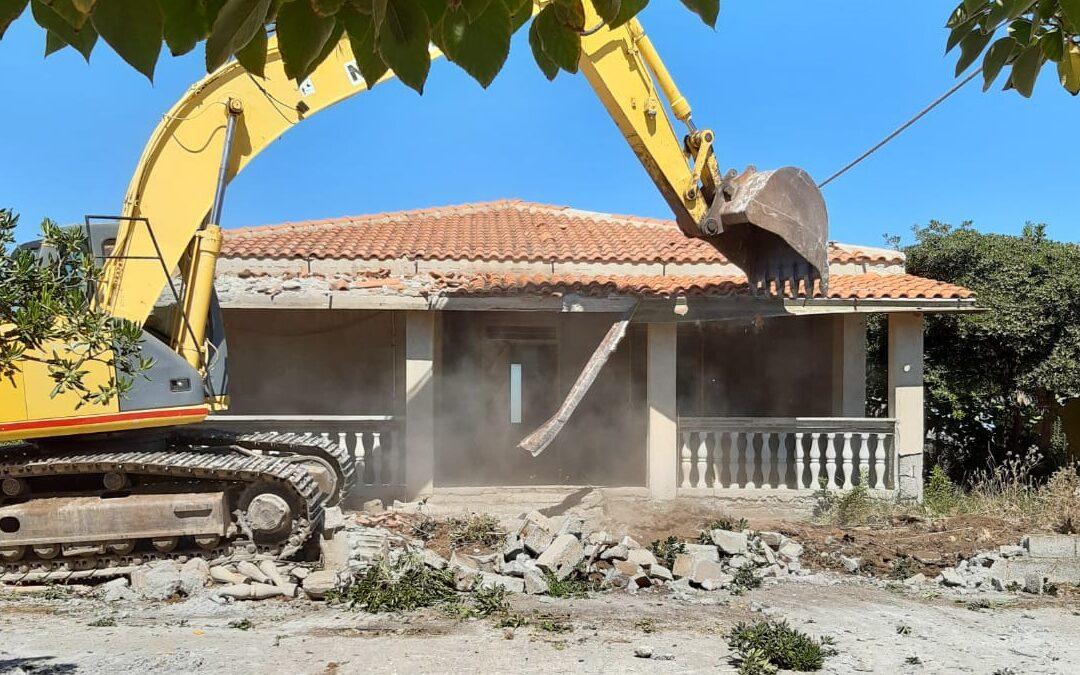 A 13 anni dalla sentenza di confisca iniziata la demolizione delle villette dei Grande Aracri a Capo Colonna