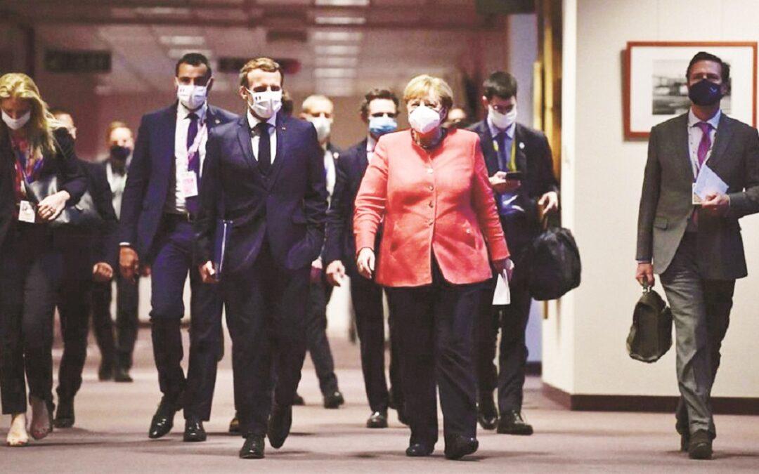 Il presidente Macron e la cancelliera Merkel in una pausa della lunghissima trattativa al Consiglio d'Europa