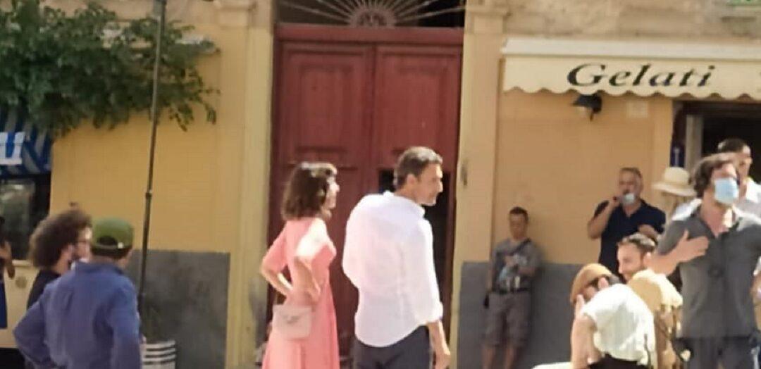 """Raul Bova sul set insieme alla collega e compagna Rocìo Morales (foto dalla pagina Fb """"TropeaFlash"""")"""