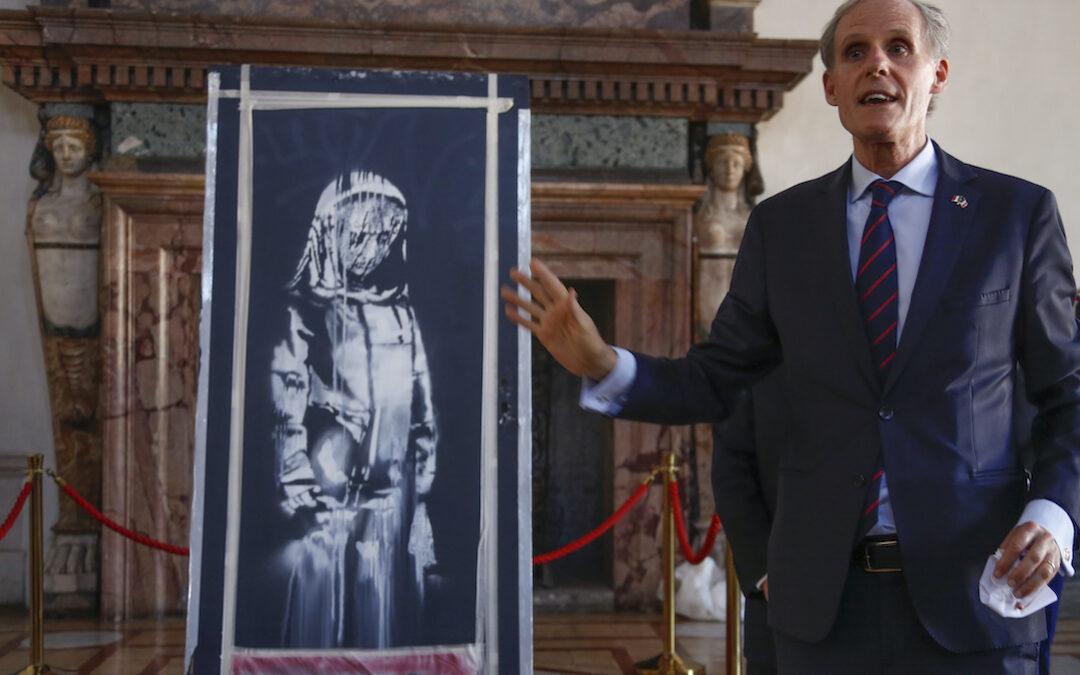 """La """"ragazza triste"""" di Banksy rubato al Bataclan esposta a Roma a Palazzo Farnese"""