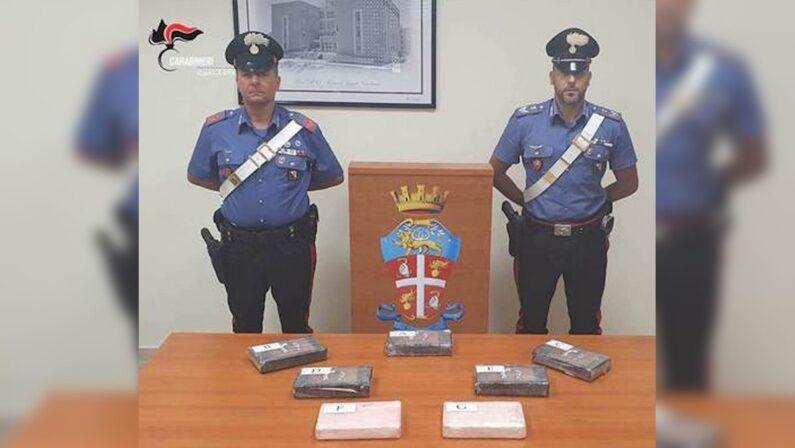 Un poliziotto in auto con 7,5 kg di cocaina, arrestato dai carabinieri a Locri