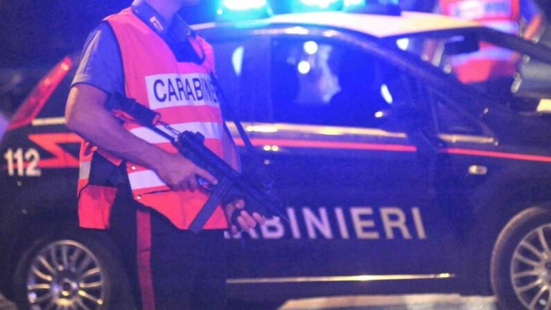 Forza un posto di blocco e spara contro i carabinieri, inseguimento thriller a Cosenza