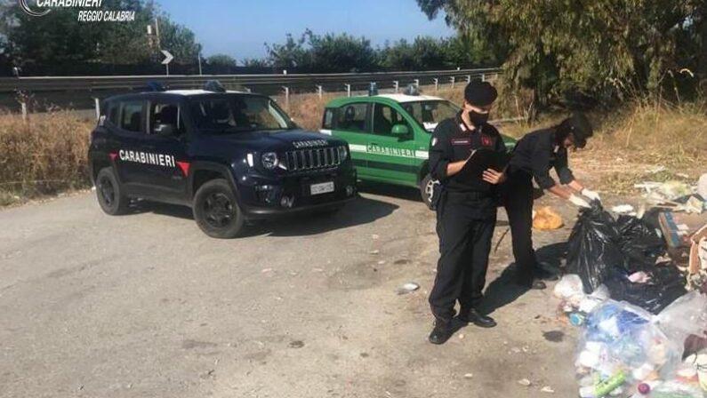 """Rifiuti gettati in strada, i carabinieri trovano """"prove"""" nei sacchetti: maxi sanzioni ai responsabili"""