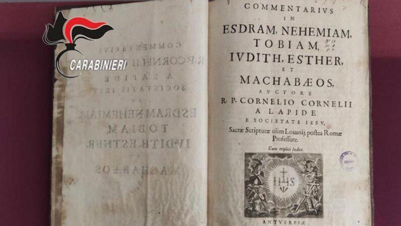 Indagini sull'arsenale della coppia di Stefanaconi: ritrovato anche un volume del Seicento trafugato da Sulmona
