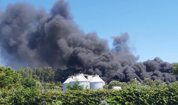 Vasto incendio nel depuratore di Gioia Tauro, pericolo per l'ambiente - VIDEO