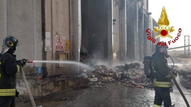 Rifiuti, vasto incendio nell'impianto Tmb di San Pietro Lametino