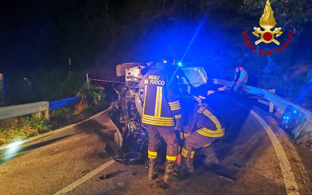 I vigili del fuoco hanno dovuto rimuovere il parabrezza per estrarre la conducente dal veicolo