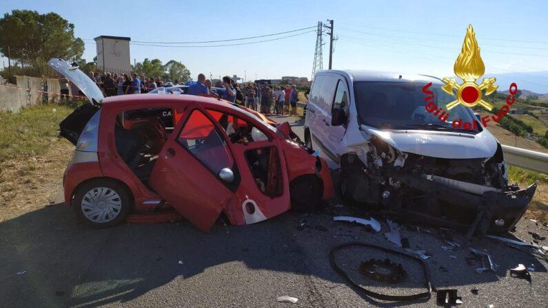 Tragedia a Cutro: muore una donna in uno scontro frontale tra un'auto e un furgone, altri due feriti gravi
