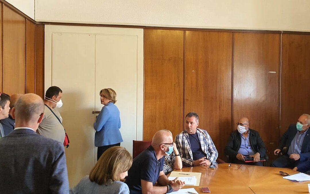 VIDEO – Vibo Valentia, alta tensione in Comune tra il sindaco Limardo e gli operatori per la raccolta differenziata