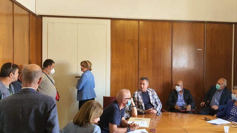 VIDEO - Vibo Valentia, alta tensione in Comune tra il sindaco Limardo e gli operatori per la raccolta differenziata