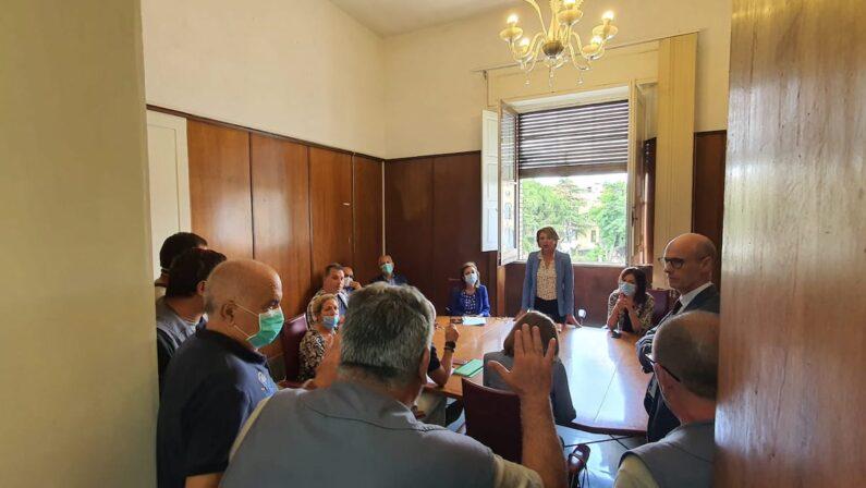 Vibo Valentia, alta tensione in Comune tra il sindaco Limardo e gli operatori per la raccolta differenziata - VIDEO