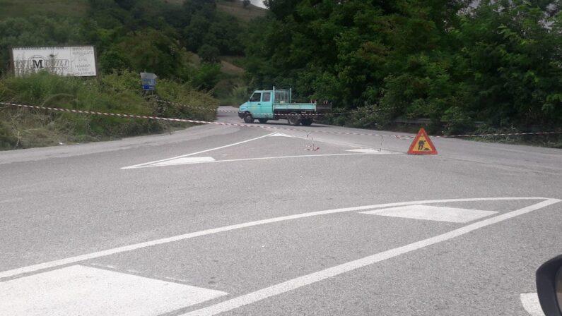 Condotta idrica esplosa nel Vibonese, chiuso un tratto della strada provinciale: i percorsi alternativi