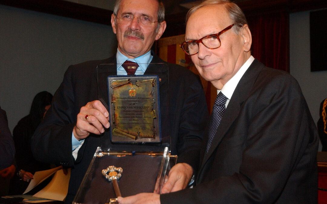 L'ex sindaco di Catanzaro Michele Traversa consegna le chiavi della città a Ennio Morricone