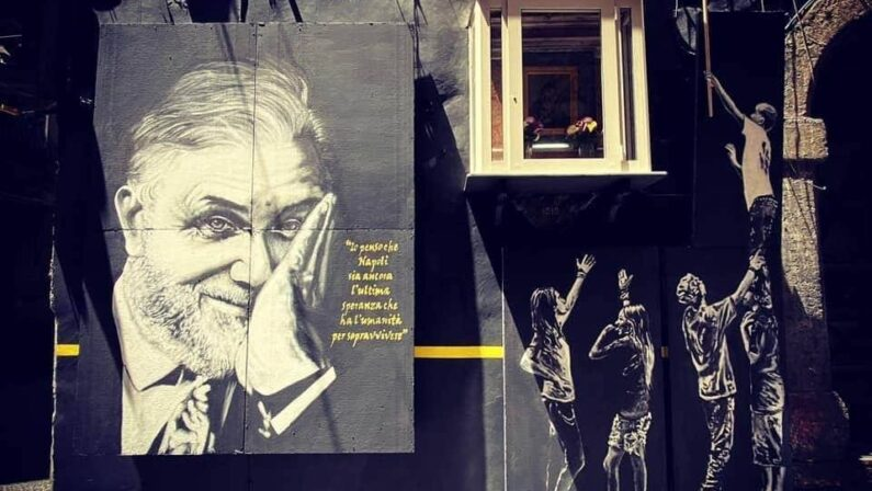 Un murale  dedicato  a Luciano De Crescenzo
