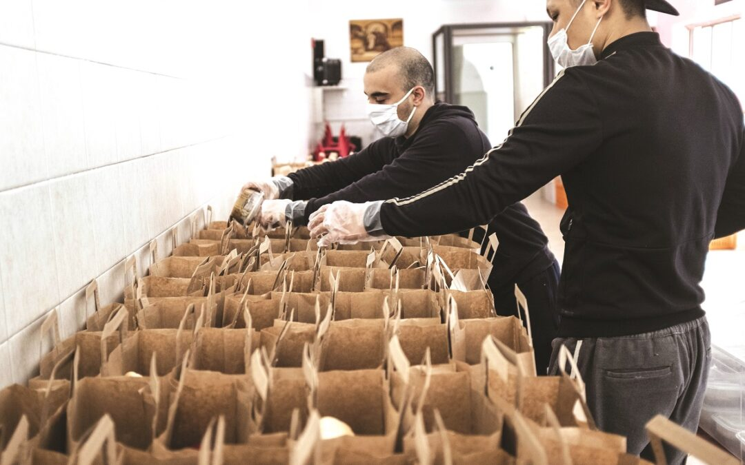 Ristoratori preparano i cestini per il pranzo
