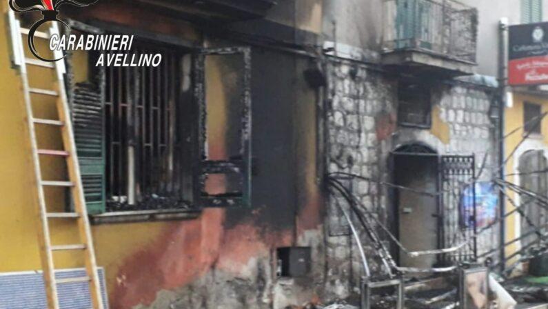 In fiamme un bar del centro storico di San Martino Valle Caudina. Indagano i carabinieri
