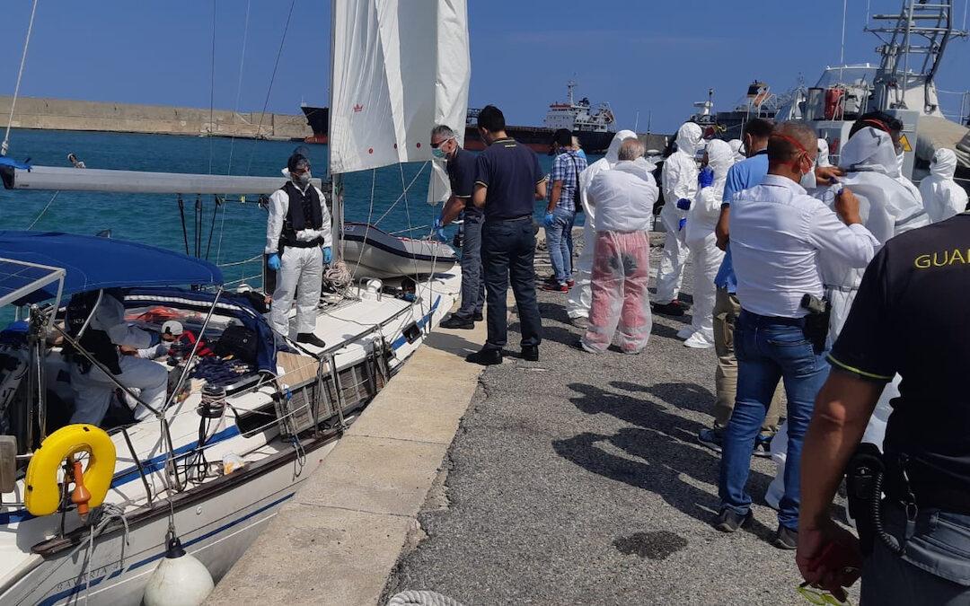 Uno sbarco di migranti a Crotone