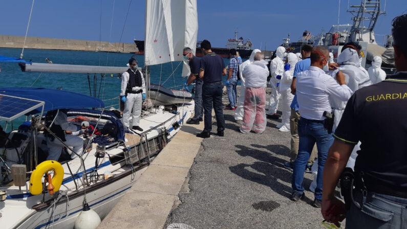 Crotone, sbarcano 54 migranti arrivati a bordo di un veliero. Attivato il protocollo anti-Covid