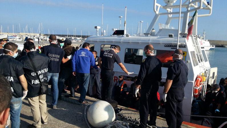 Roccella Jonica: 70 migranti pakistani sbarcano al Porto delle Grazie, saranno tutti sottoposti al tampone