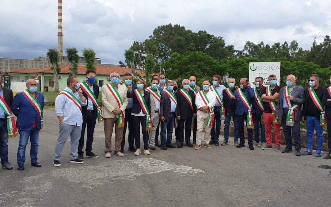 Emergenza rifiuti, protesta dei sindaci del Vibonese ai cancelli dell'impianto di San Pietro Lametino