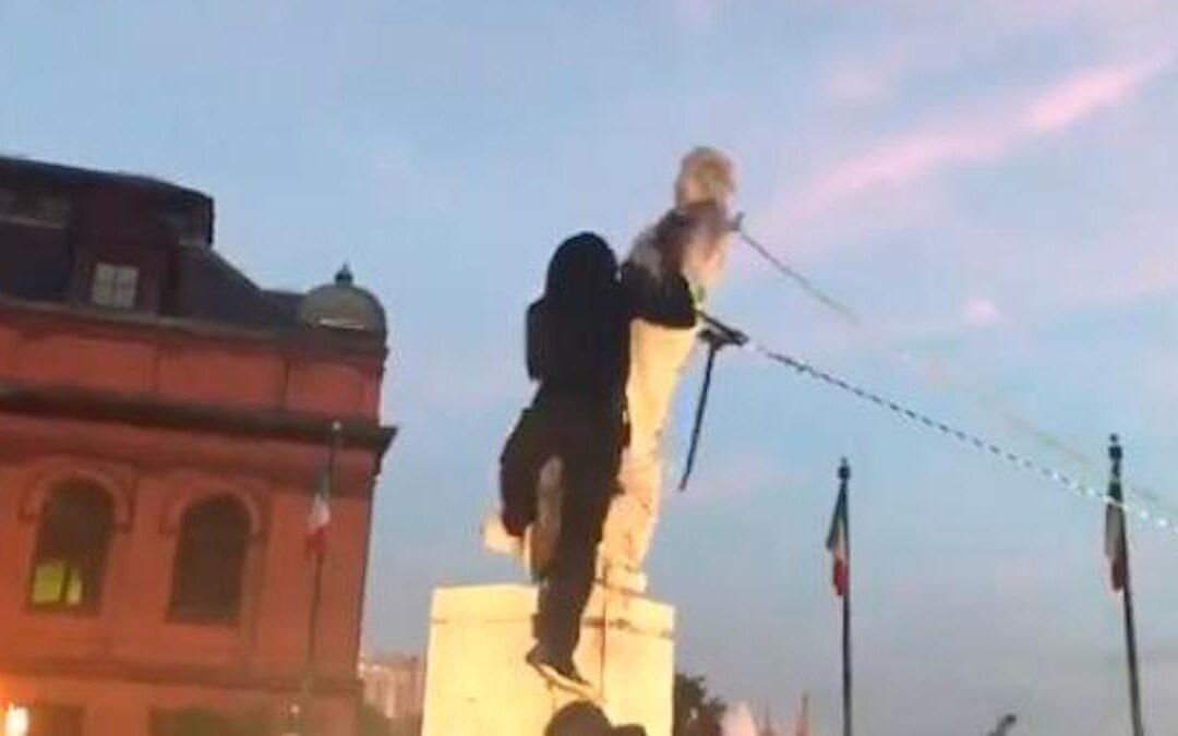 La statua di Cristoforo Colombo abbattuta dai manifestanti a Baltimora, negli Usa