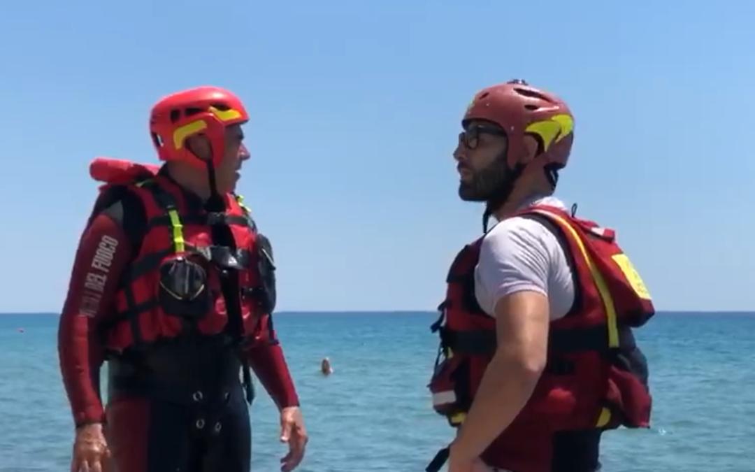 VIDEO – Protocollo per il soccorso acquatico dei vigili del fuoco, le simulazioni sulle spiagge di Simeri Crichi e Sellia Marina