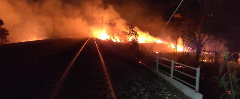 Abruzzo nella morsa del fuoco, a L'Aquila fiamme fino al centro abitato