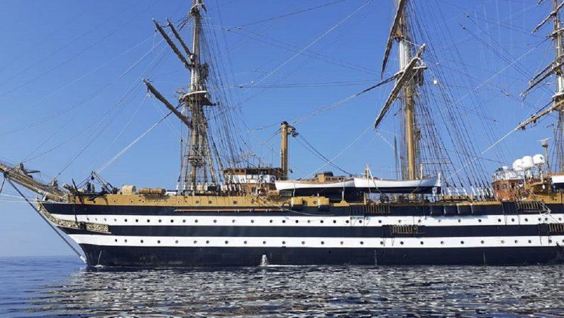 La Amerigo Vespucci passa per San Lucido per ricordare il marinaio Carbonelli, vittima del coronavirus