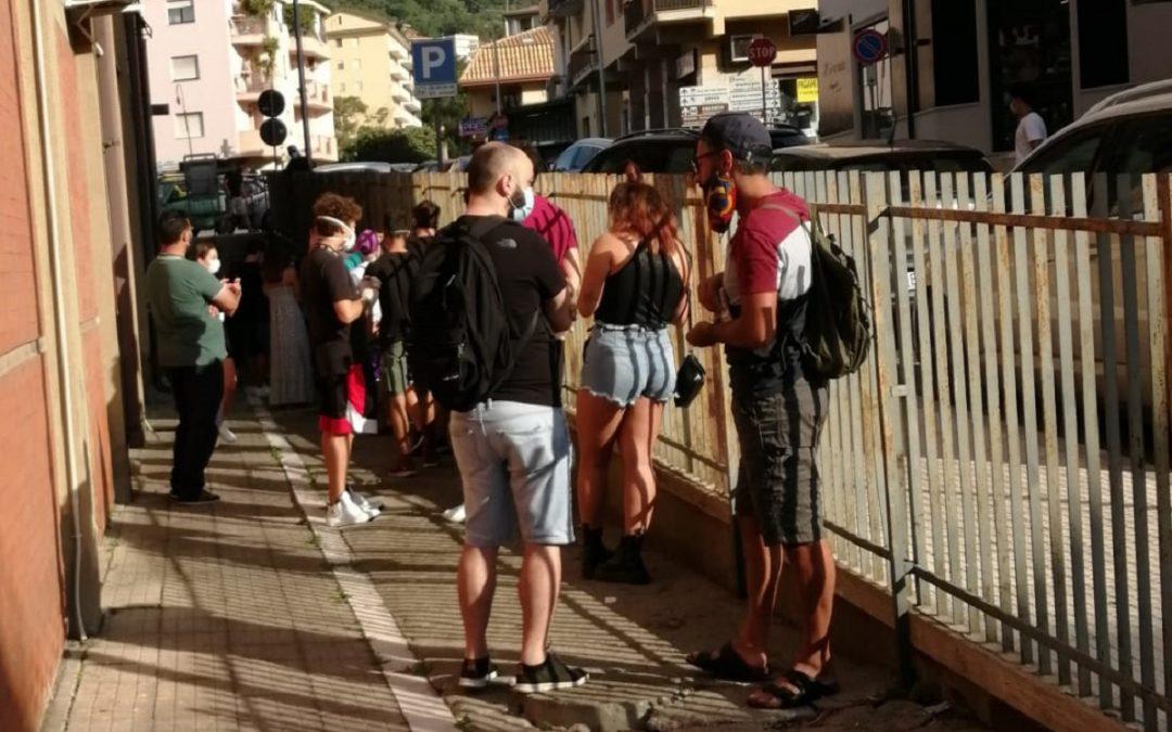 Giovani in coda a Lamezia Terme in attesa di sottoporsi a tampone