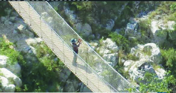 Il sentiero e del ponte sulla Gravina che ne permette l'attraversamento e che è stato riaperto ieri pomeriggio al transito dei turisti