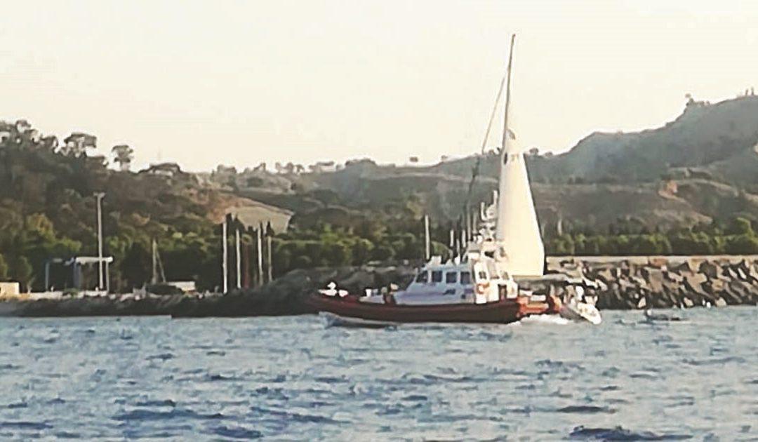Il veliero che si è arenato nella Locride con 47 profughi a bordo