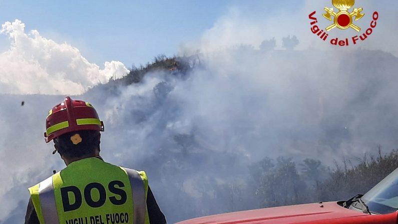 Vigili del fuoco in azione a Cosenza, fiamme a ridosso di una discarica