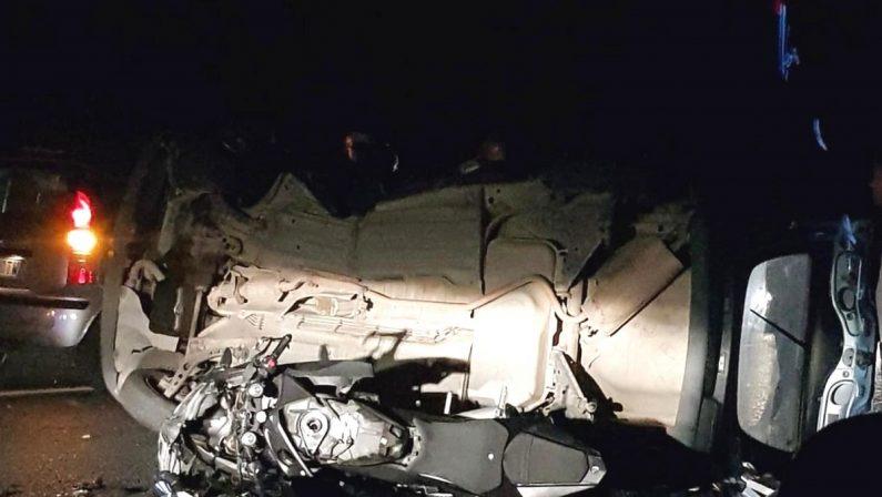 Non ce l'ha fatta il ragazzo a bordo di una moto coinvolto in un incidente stradale sulla 106 jonica a Ferragosto